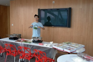 Mentor Qiu Yiwu preparing the food.