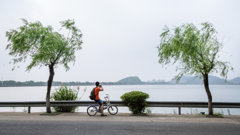 Biking at 东钱湖.
